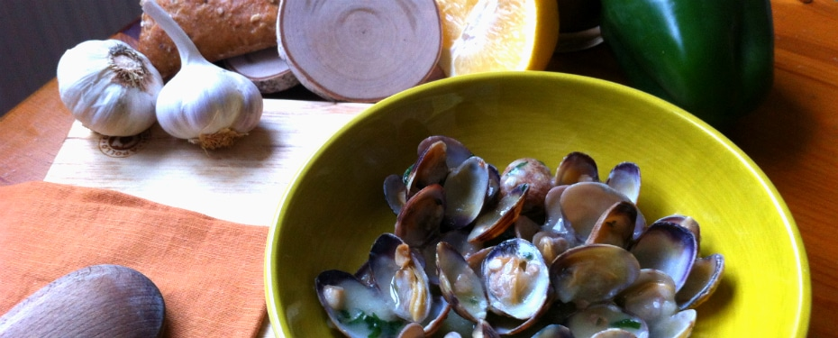 Clams in a sauce with garlic and parsley